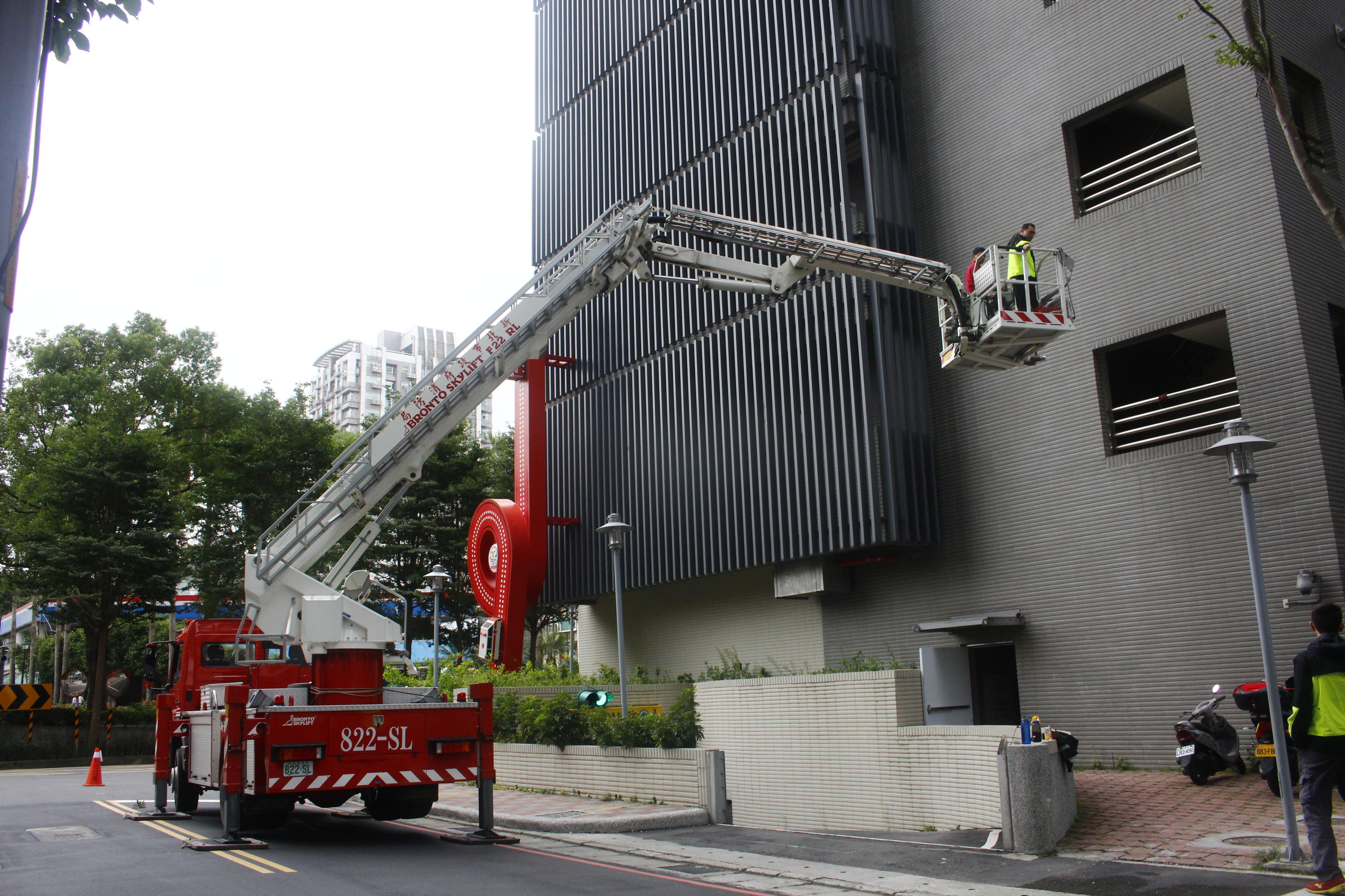 消防隊員利用新廳舍後方較少民眾出入的道路做雲梯車訓練。 攝影/祝敏婷