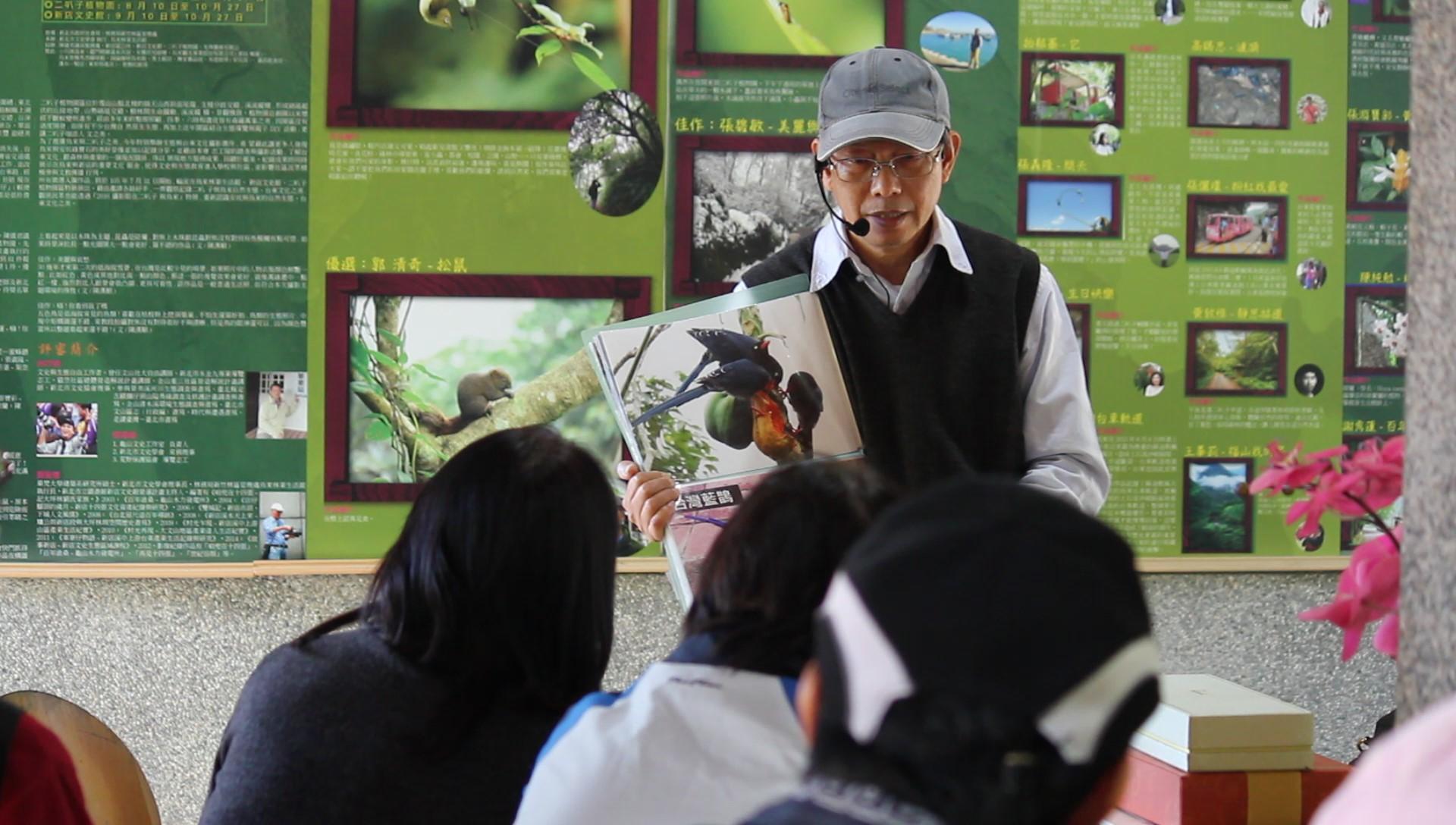 導覽員謝平進行區內的生態講解。攝影/蔡家愷