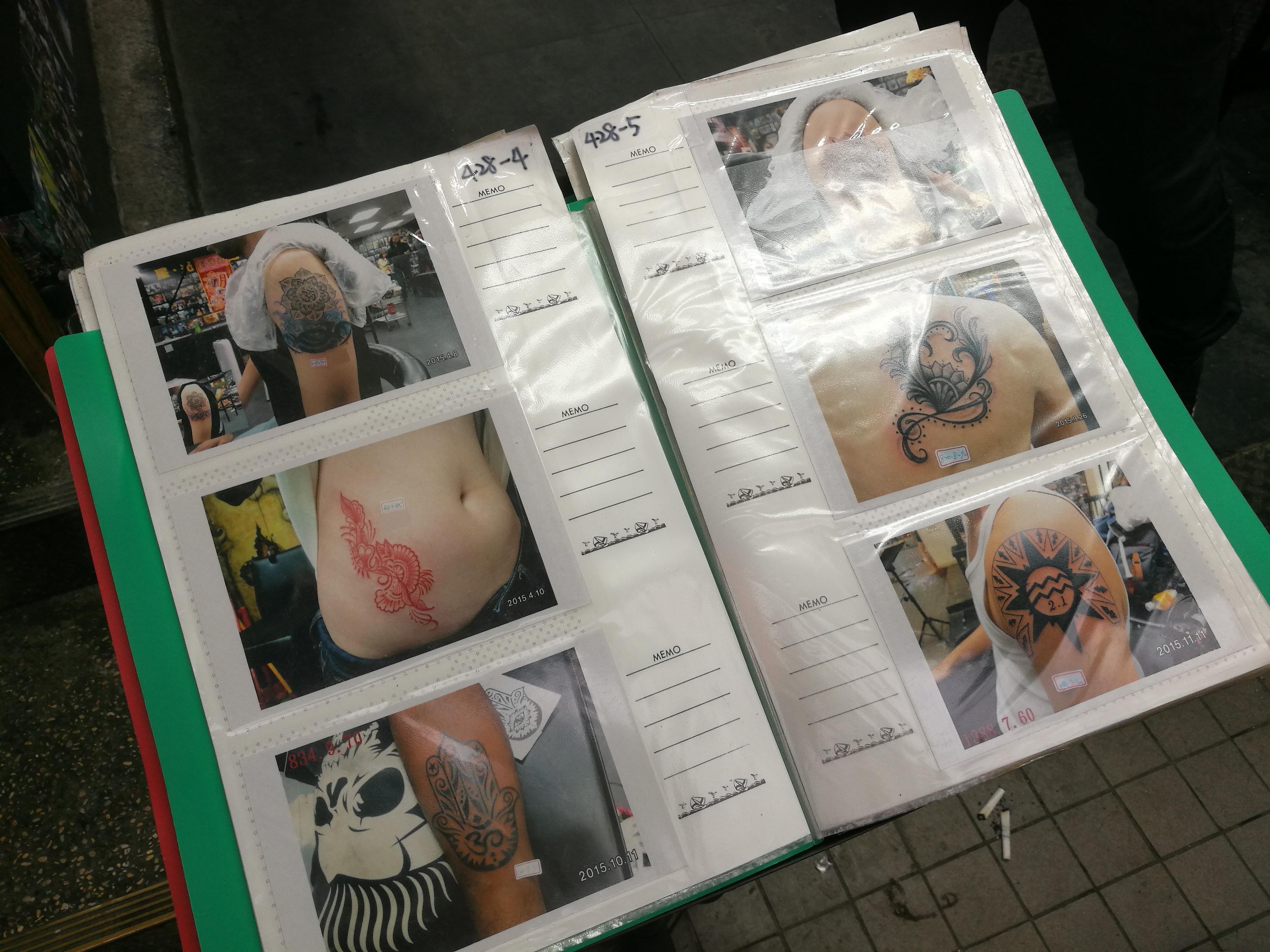 放置在店前的紋身圖案剪貼目錄,讓有興趣紋身的潛在顧客對於紋身選擇有更深的了解,亦為業務推介紋身時更為便利。