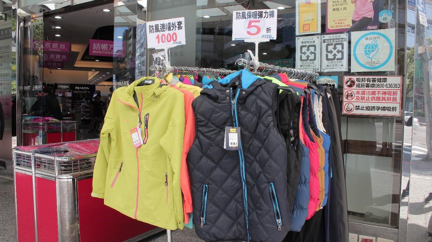 冬裝銷售行情不佳,商家策劃應景營銷活動,希望藉此增加客流量。攝影/程怡靜