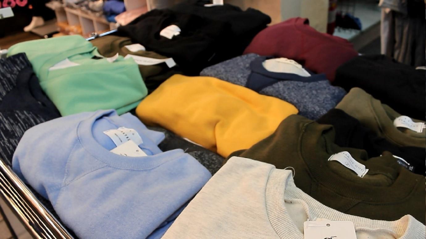 在眾多保暖衣物款式中,今年冬季刷毛大學衫銷量稱冠。攝影/程怡靜