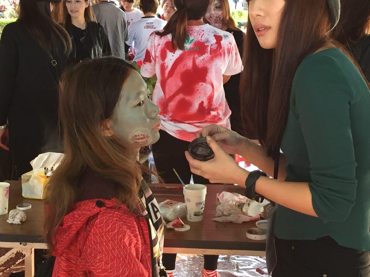 業者請來專業化妝師替「殭屍」們上特殊鬼妝。攝影/許孟軒