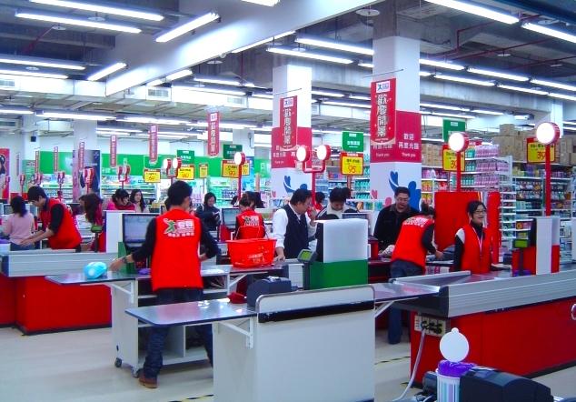 為了迎接跨年商機,大賣場推出一系列的促銷活動。攝影/黃彥迪