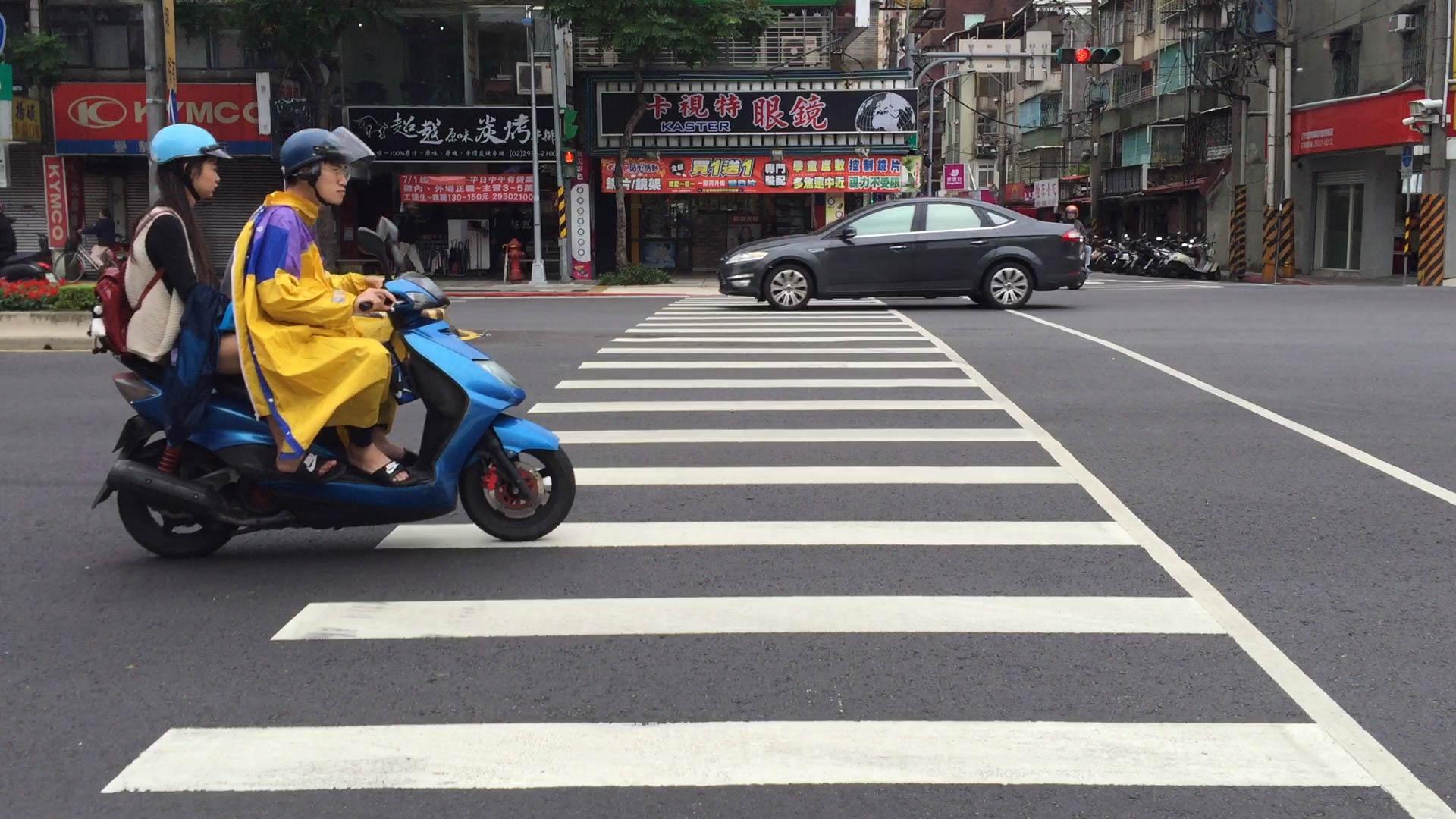 摩托車行經標線,容易發生打滑事故。攝影/布子如