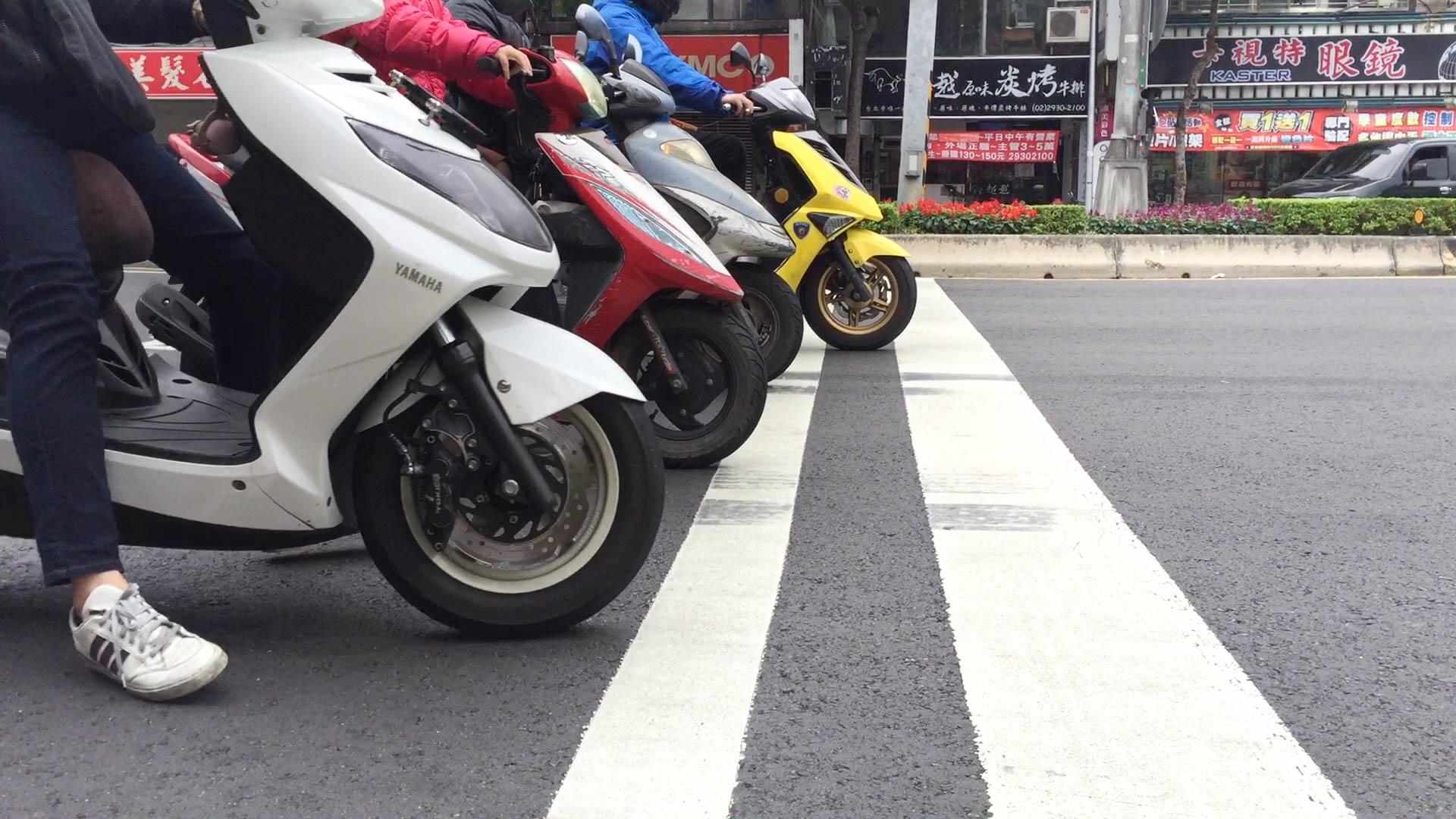 摩托車在標線上急剎的痕跡。攝影/布子如