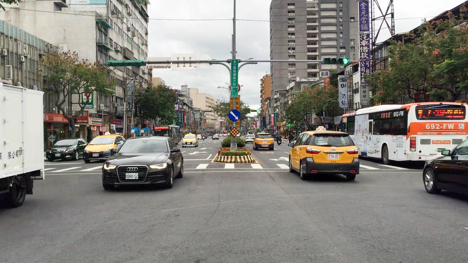 羅斯福路五、六段為文山區交通事故常發點,文山區二分局提醒民眾騎車行經標線務必減速,避免急剎,降低事故可能。攝影/布子如