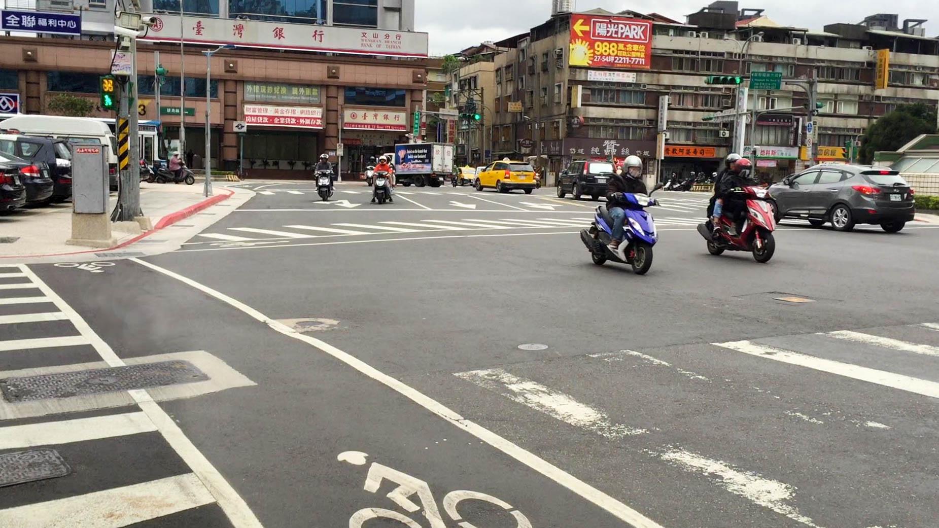 不同行向的交叉路口較容易發生交通意外。攝影/王巧文