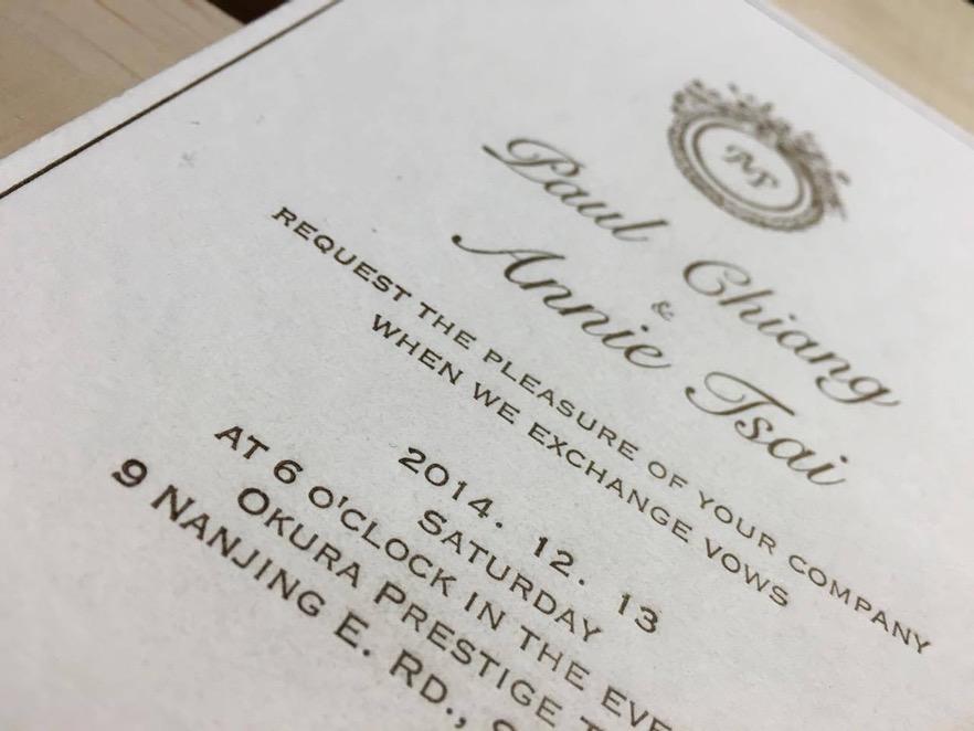 由鉛字揀選印刷的邀請卡,十分別具心裁。倘若仔細的看每個文字,就會發現字母都會微微的凹陷下去,這就是鉛字印刷有獨特的咬紙痕跡。 攝影/陳韋蓉