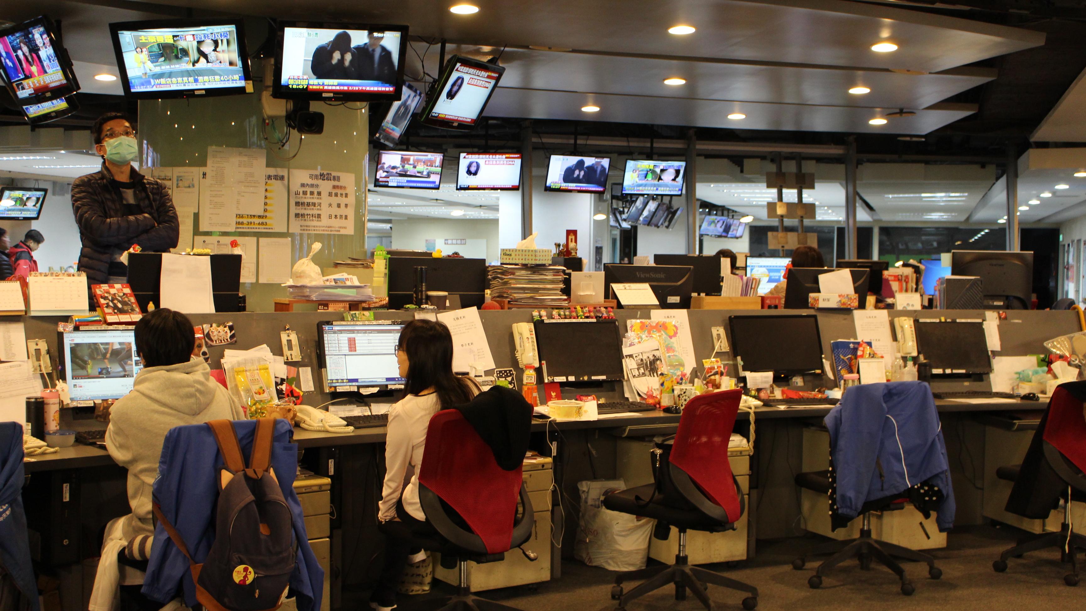 ▲新聞台國際新聞組工作概況。工作人員除編譯外電,亦須彙整資料,最終以最易理解的表達方式呈現於電視。