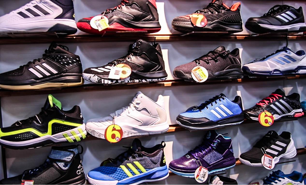 琳琅滿目的鞋款,民眾該如何選擇?攝/楊智伃。