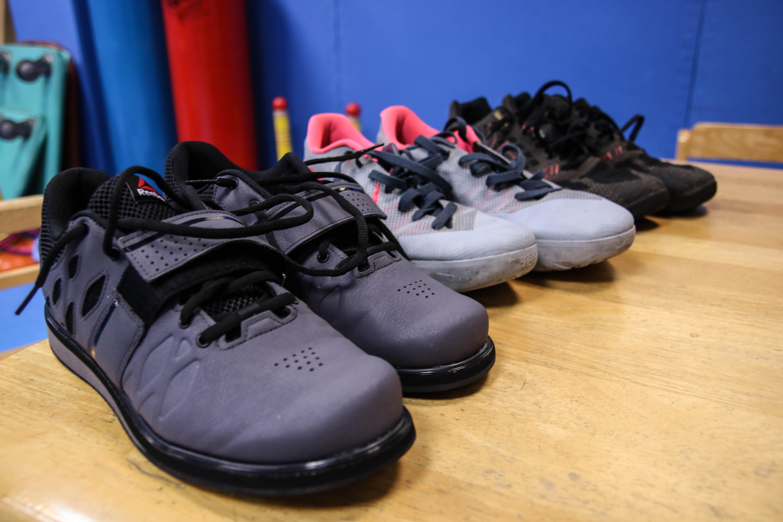 舉重鞋鞋底較堅硬、平整(前1)。攝/楊智伃。