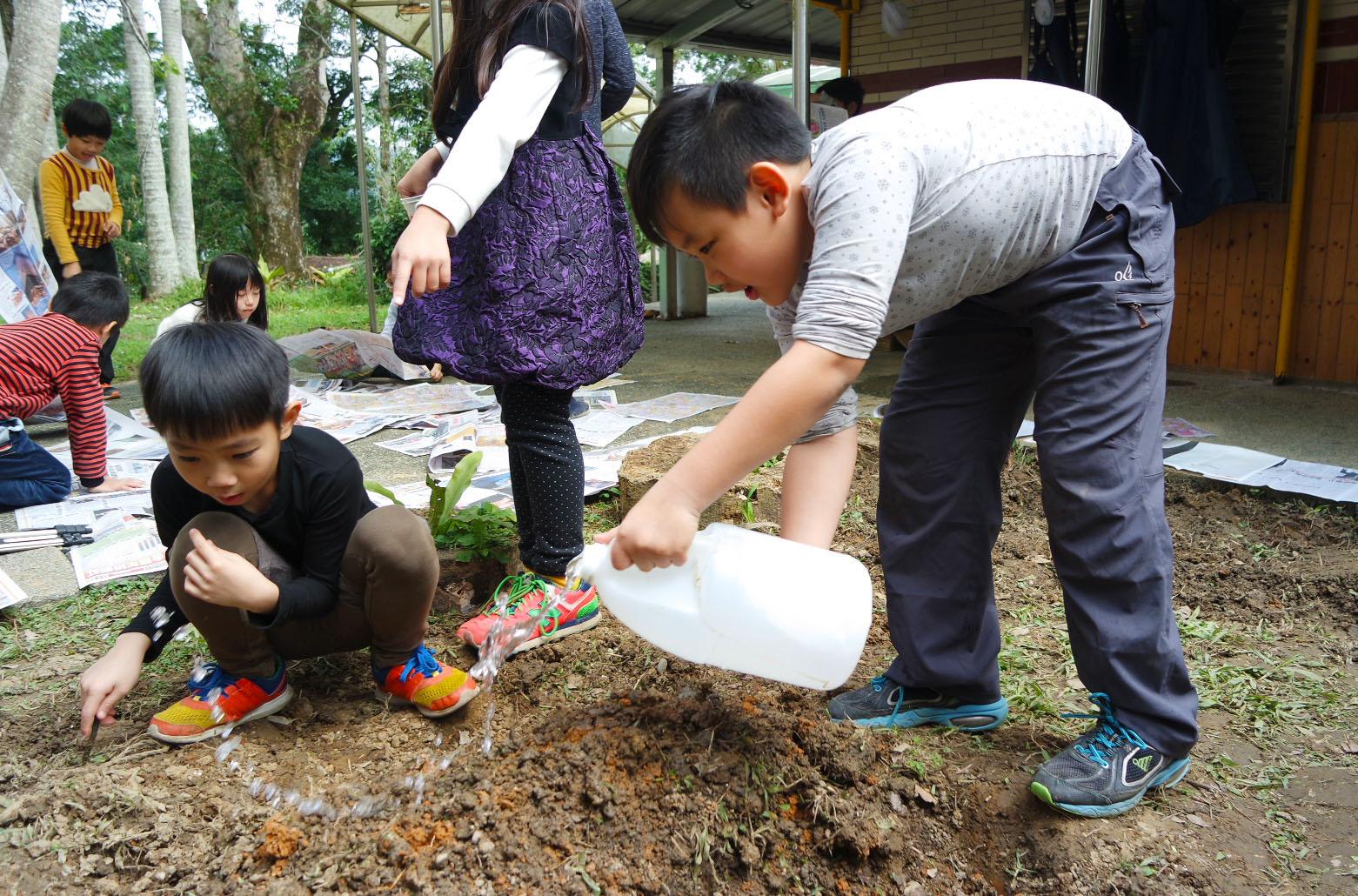 自然課程,學生種菜初體驗。攝影/劉品彣