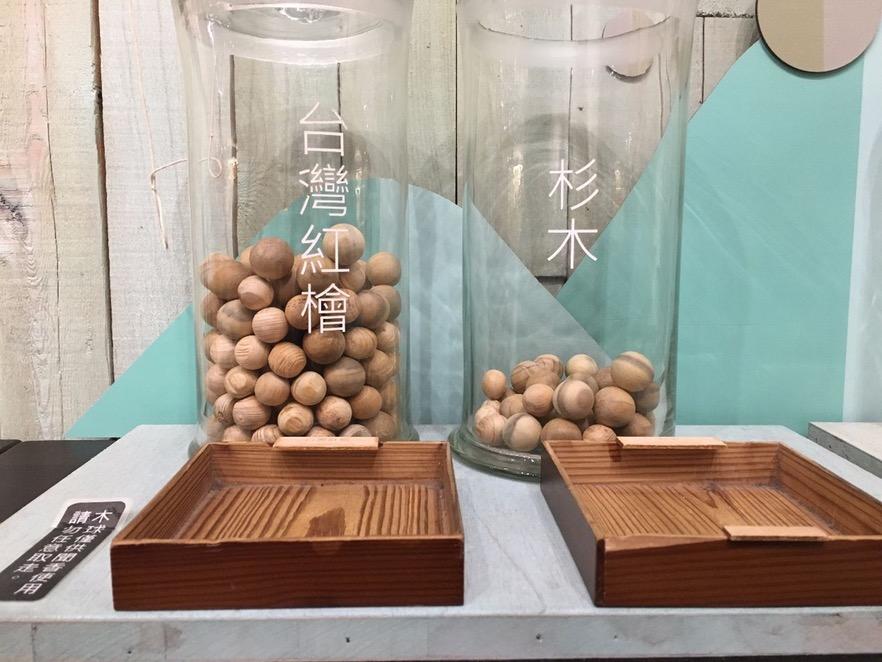 台灣的珍稀林種多半有獨特的香氣,頗受市場喜愛,因此展區內特地放置了大量珠子狀的原木,讓民眾一親芳澤。(攝影/陳韋蓉)