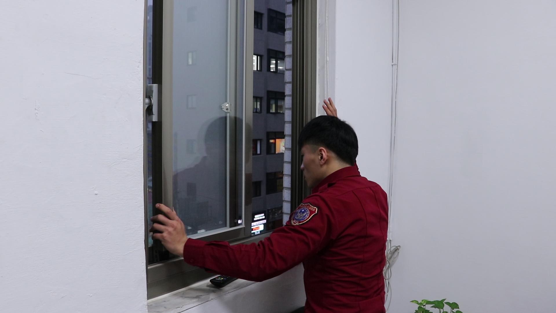 塞住門縫後,打開對外窗戶向外求援。攝影/潘幸暉