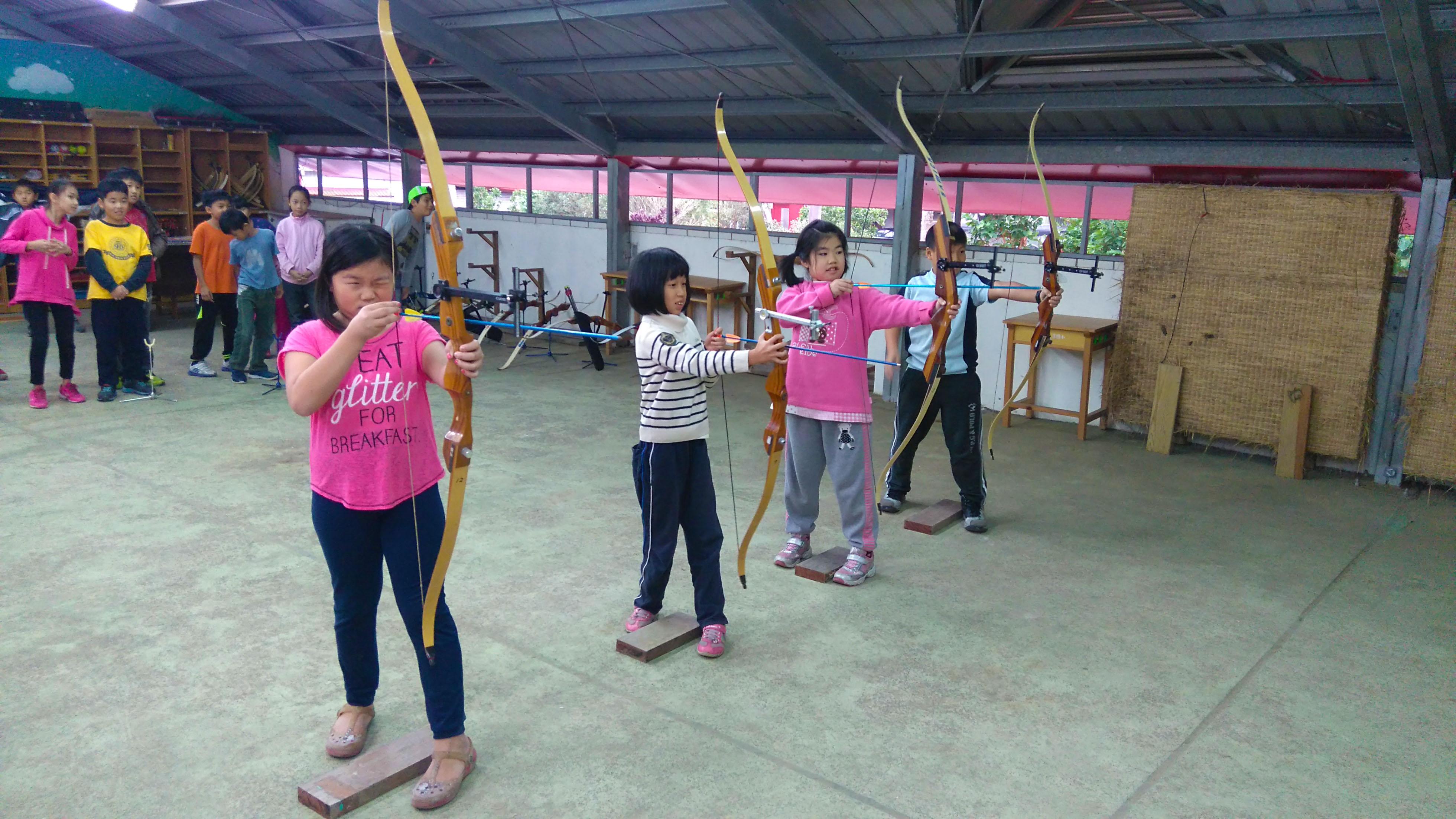 直潭國小課程多元,學生體驗射箭課程。圖片提供/直潭國小