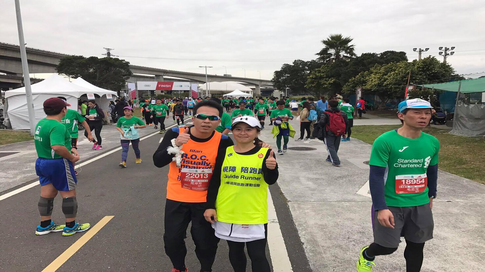 陪跑員簡佩玲與視障選手。圖片來源/簡佩玲提供