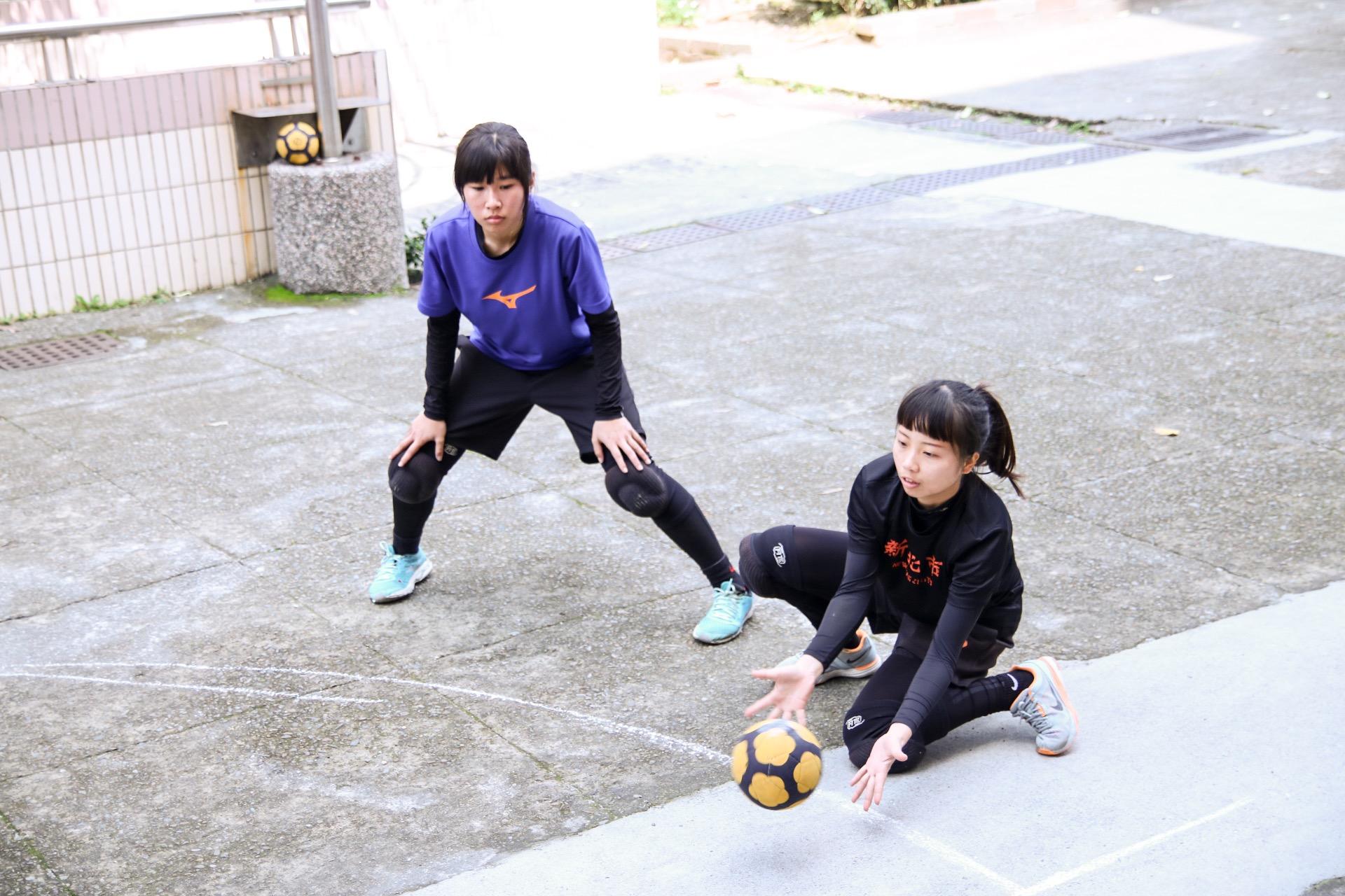 不只男生,女生也非常認真的在場邊練習基本動作。攝影/楊智伃