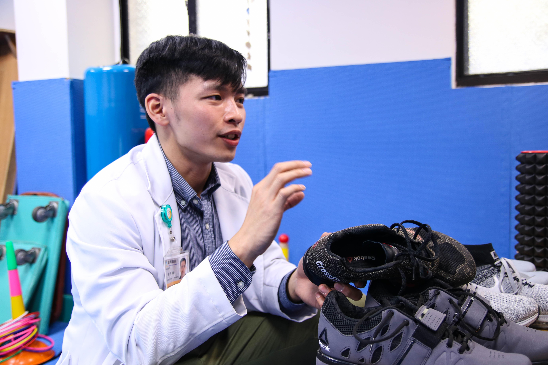 鄭宇劭醫師針對不同運動,項目詳細解說鞋款的功能。攝/楊智伃。