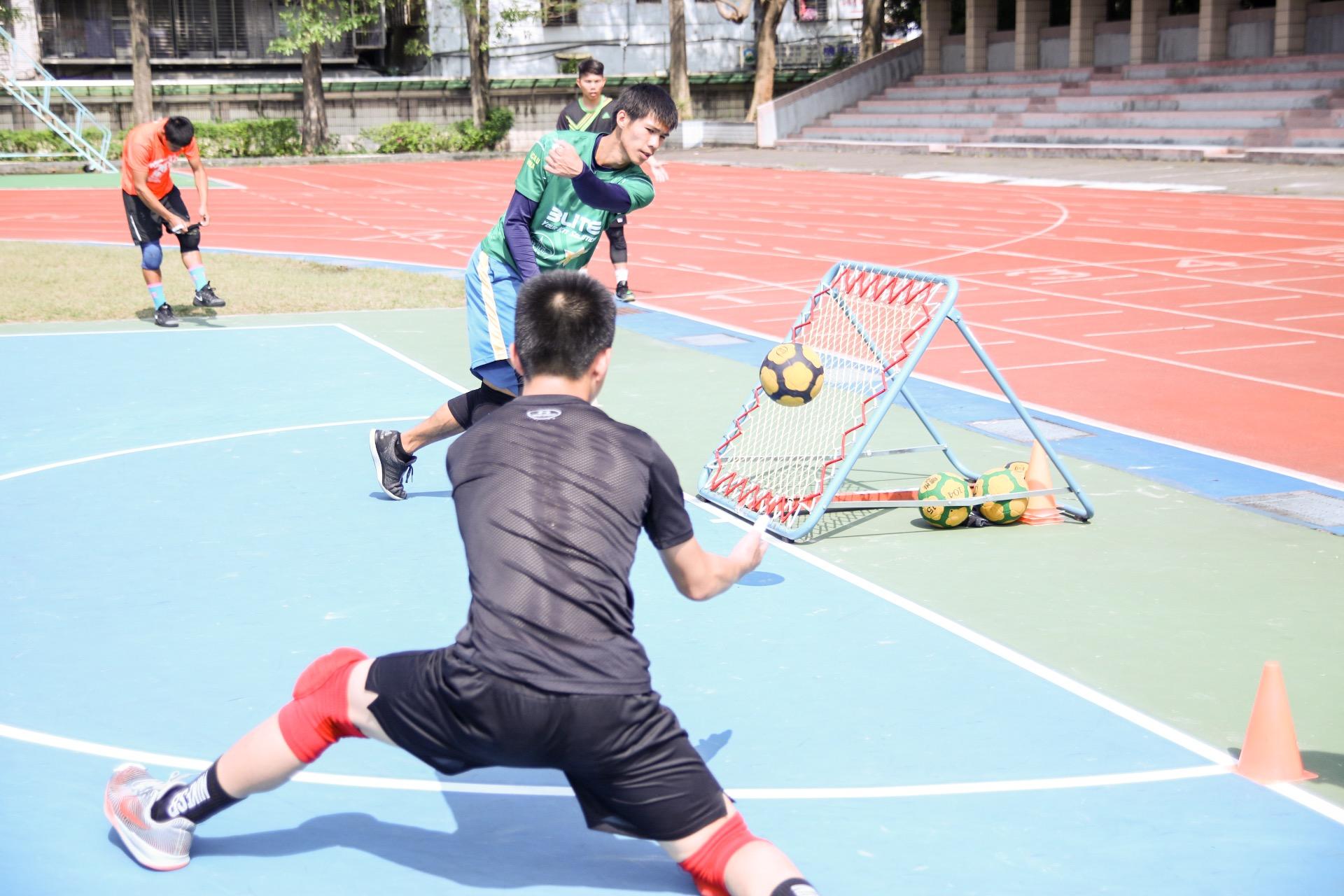 選手們在練習攻擊與防守。攝影/楊智伃