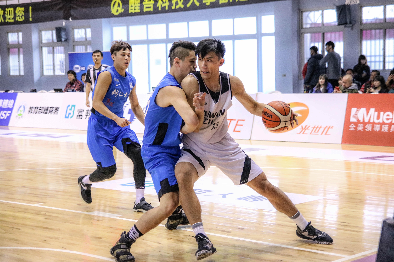 籃球較易發生碰撞,球鞋的防護更為重要。攝/楊智伃。