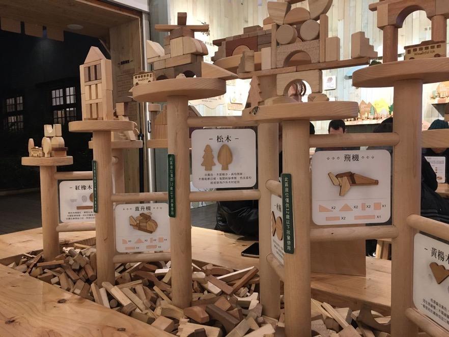現場提供積木、滾珠台、四巧板、魯班鎖等等,讓大人小孩都能動動手去體驗富饒趣味的原木益智遊戲。(攝影/陳韋蓉)