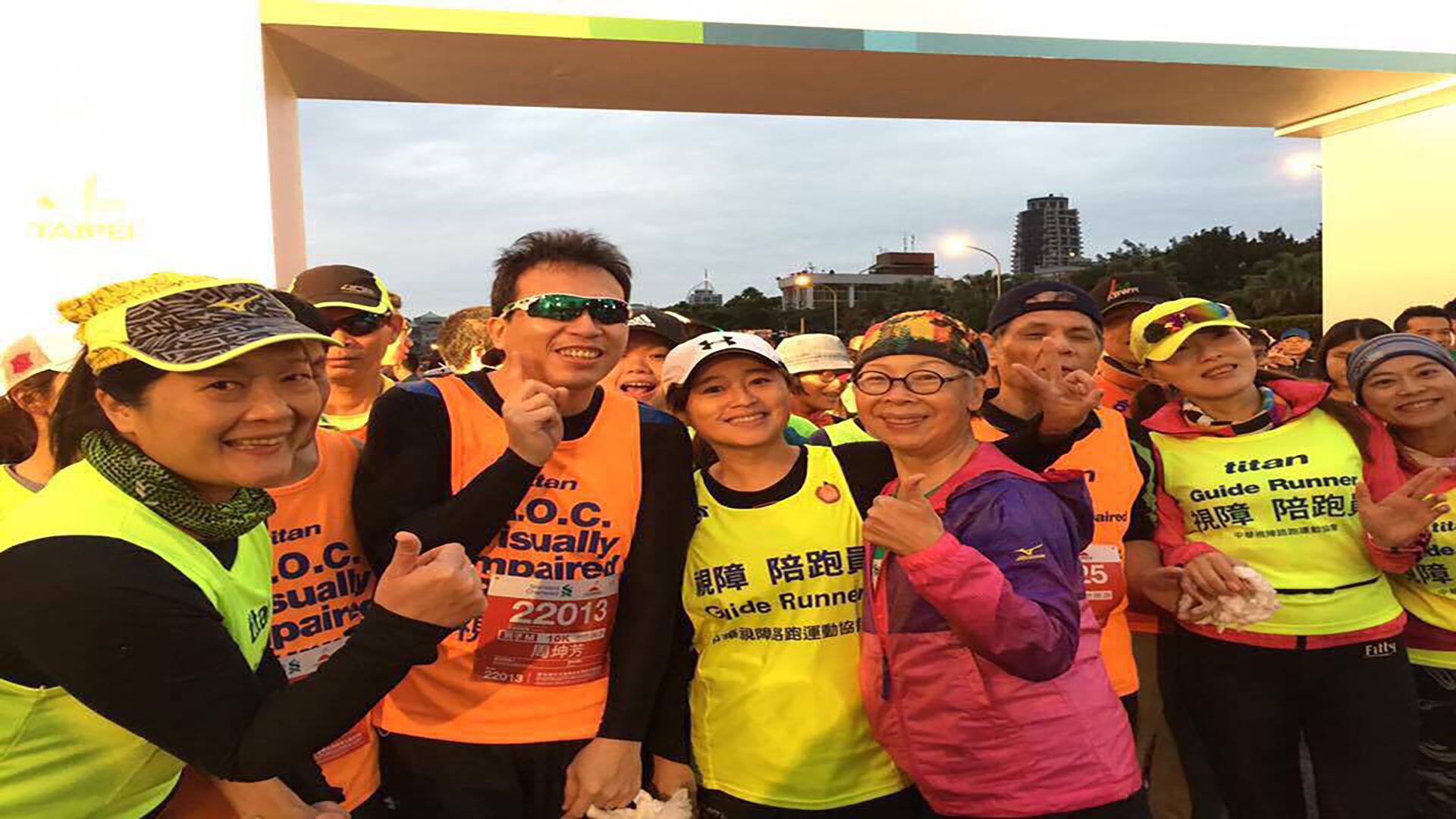 完賽後的視障選手與陪跑團們。圖片來源/簡佩玲提供