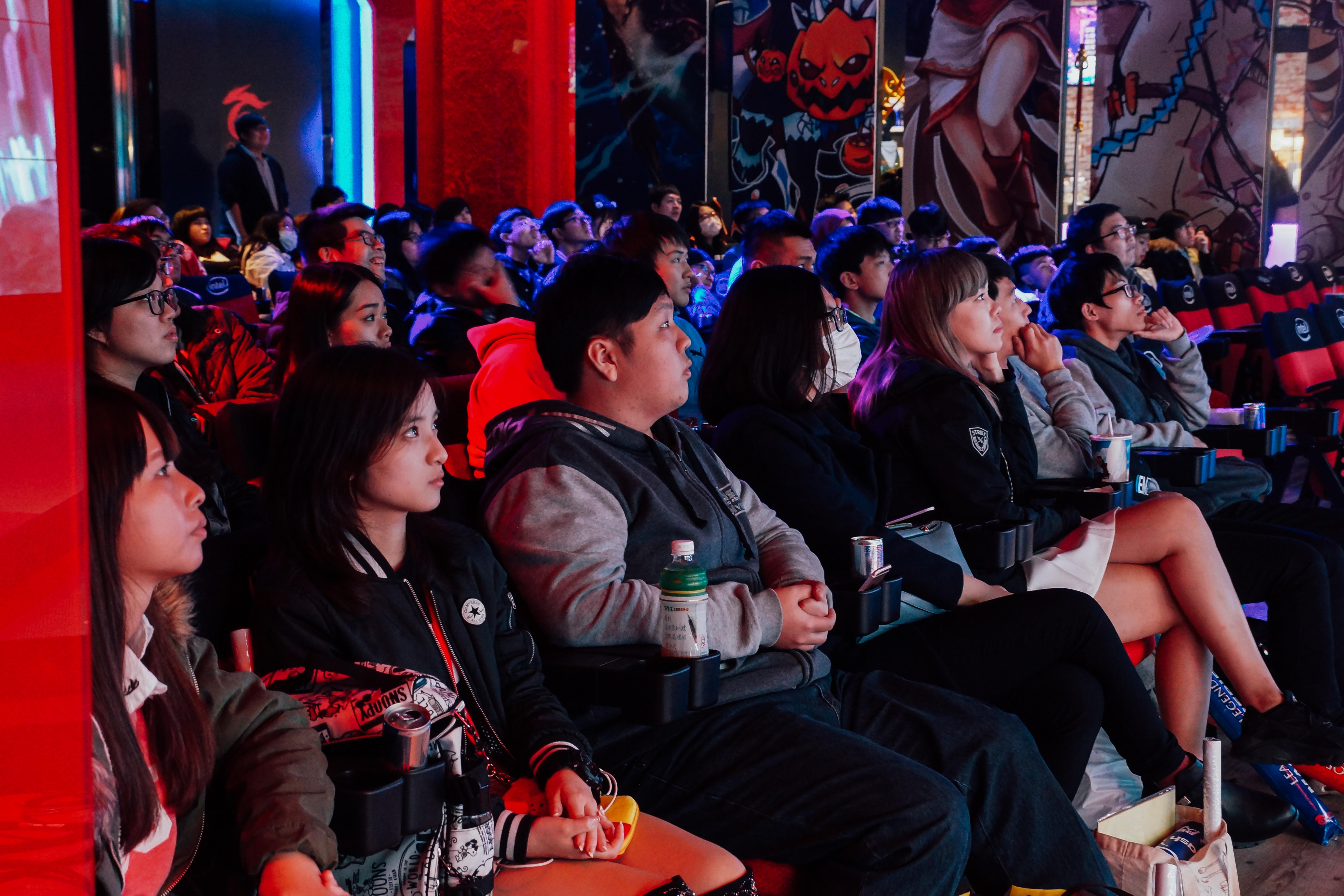 各項電競賽事熱門程度也日益增加,圖為電競粉絲們在春季聯賽現場觀看比賽。攝影/潘姿穎