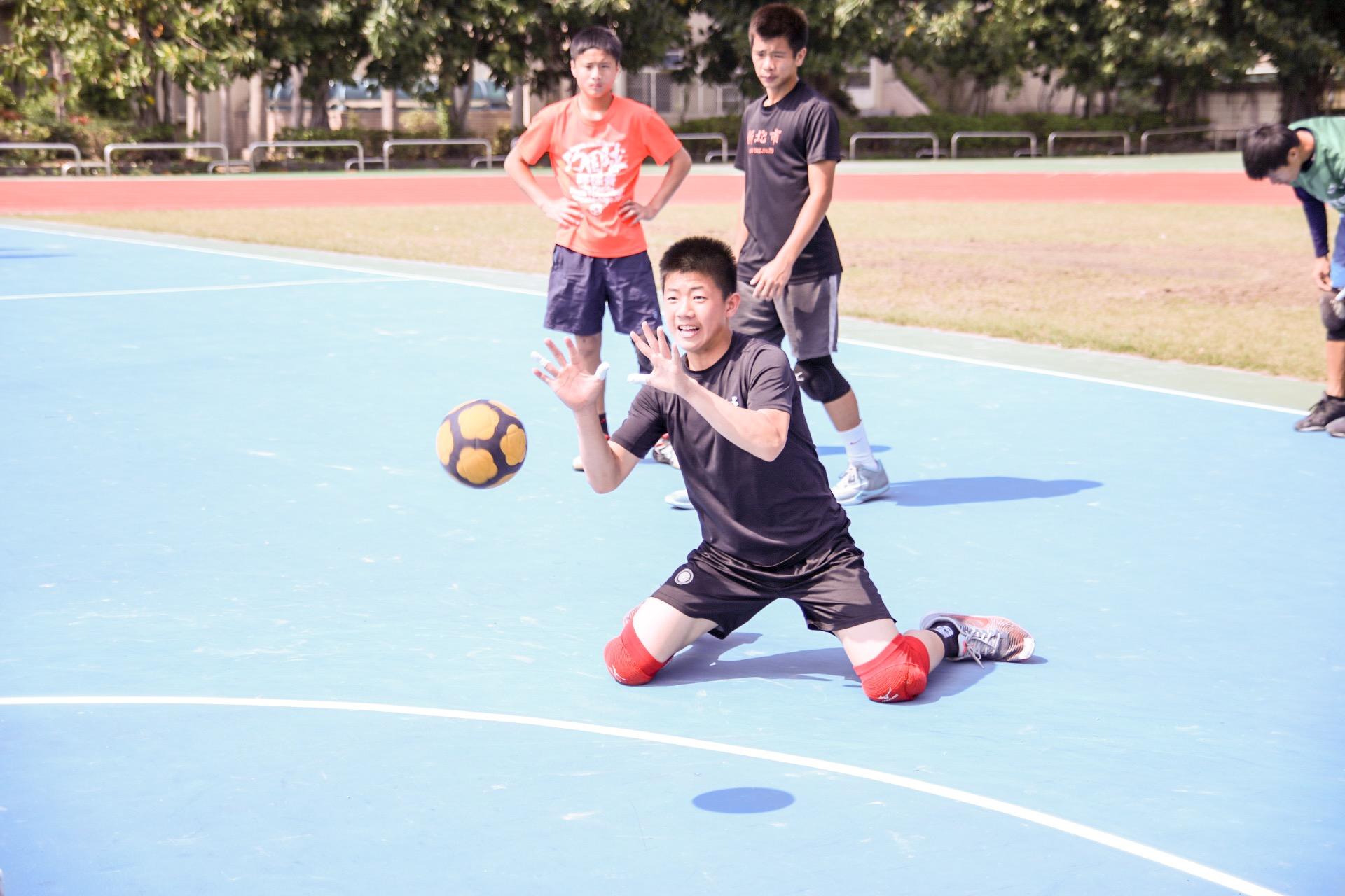 巧固球的基本都使用跪姿,所以通常會加強於下半身的訓練。 攝影/楊智伃