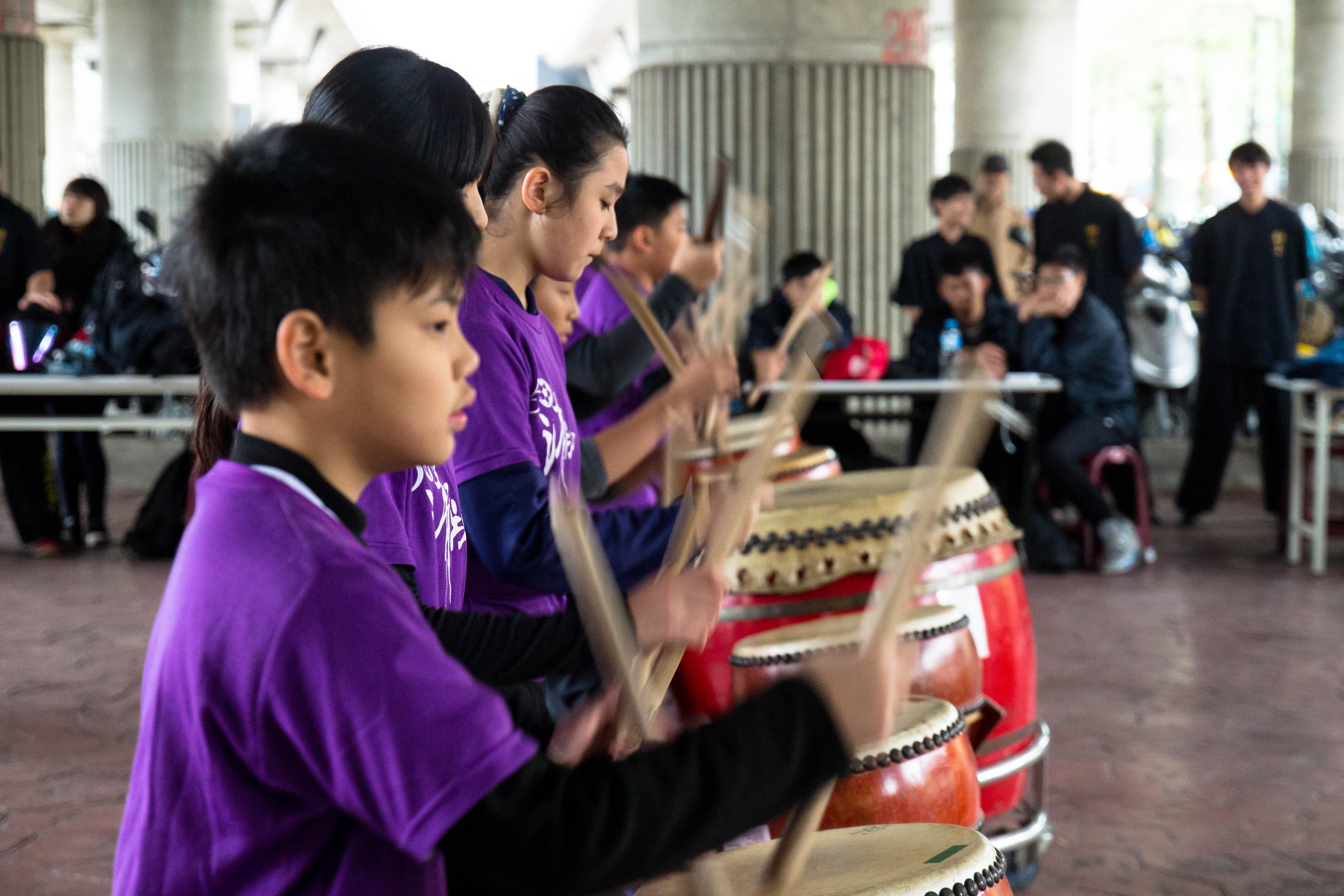清江國小的學生帶來的迎賓戰鼓。攝影/高子涵。