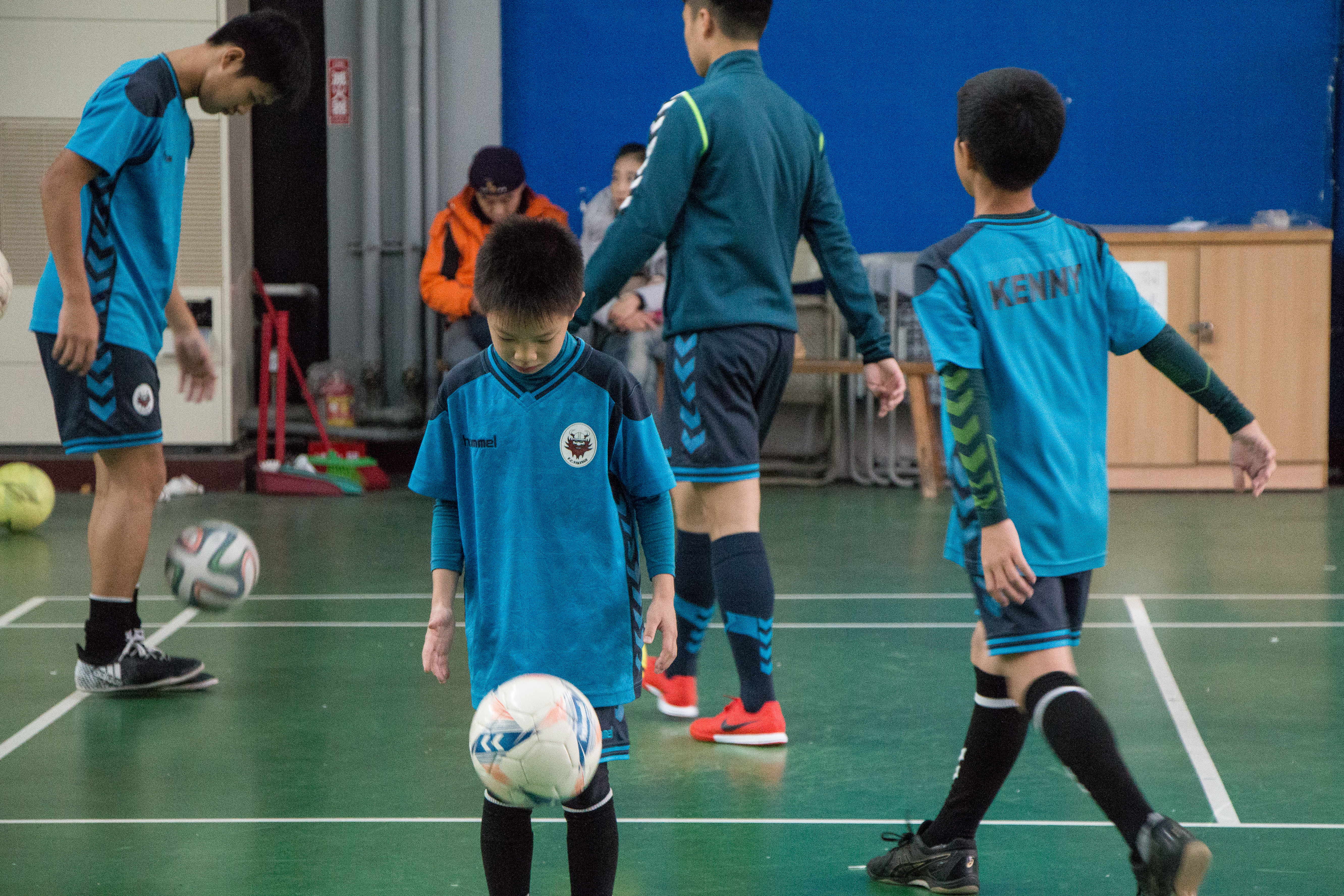 F.C. Vikings招收國小至高中的球員,球場上常可看見小小球員的身影。攝影/李振均