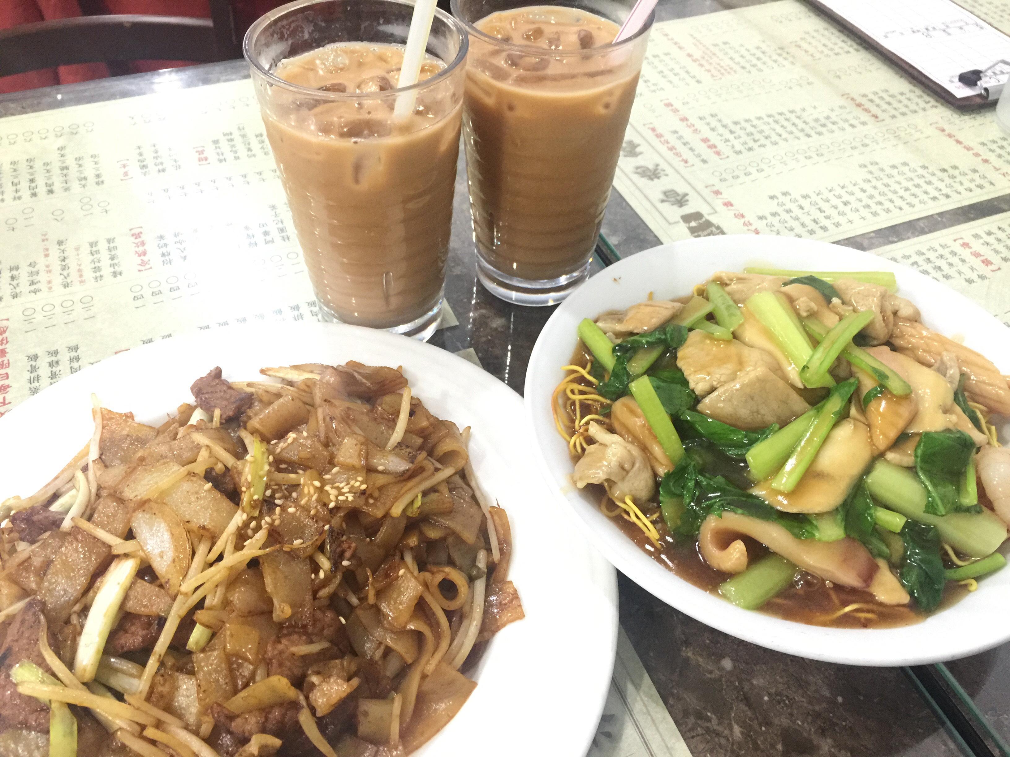 (上)港式鴛鴦奶茶(左下)乾炒牛肉河粉(右下)廣州炒麵。攝影/蘇蓉