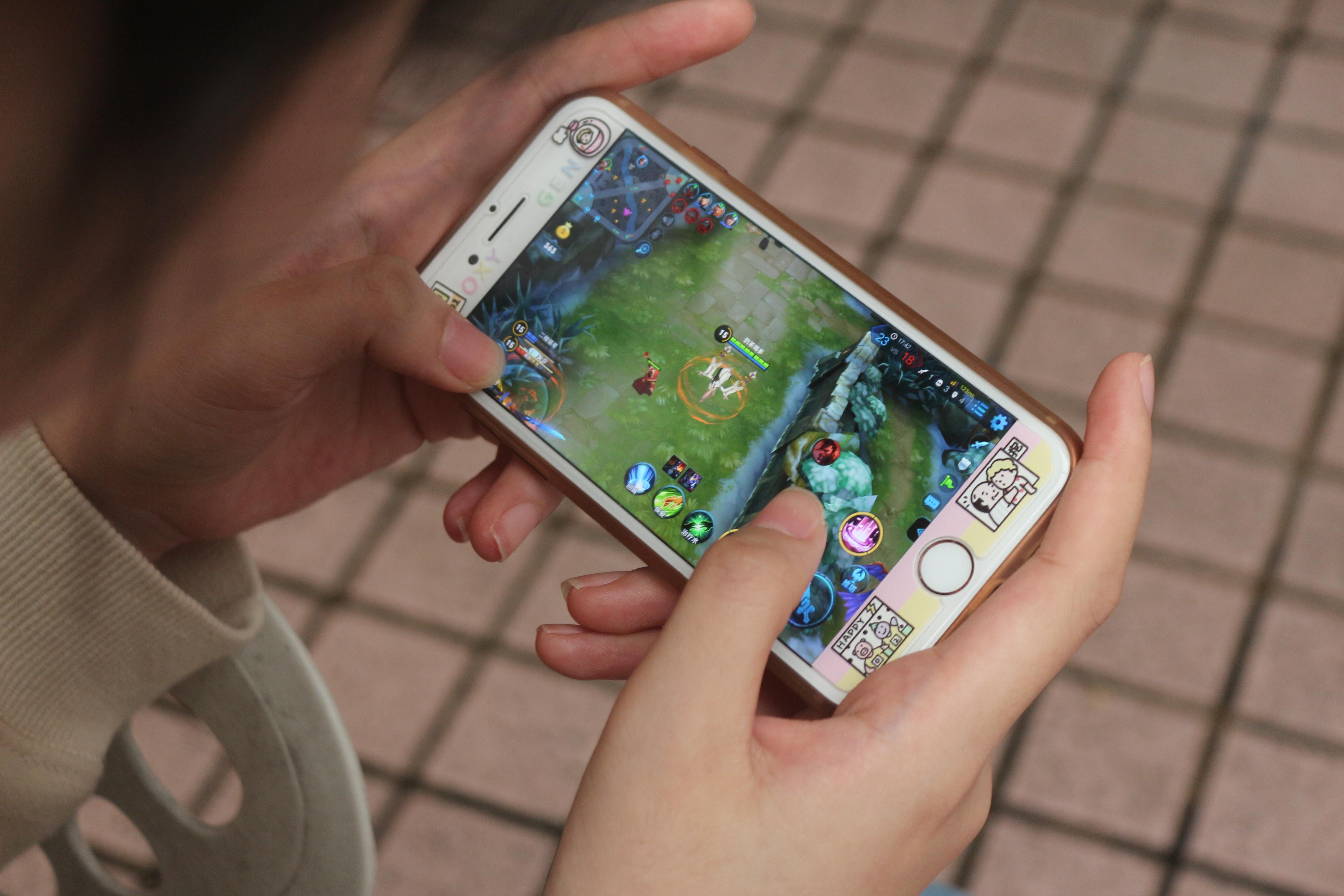 玩家使用手機體驗塔防遊戲。(黃俊翔/攝影)