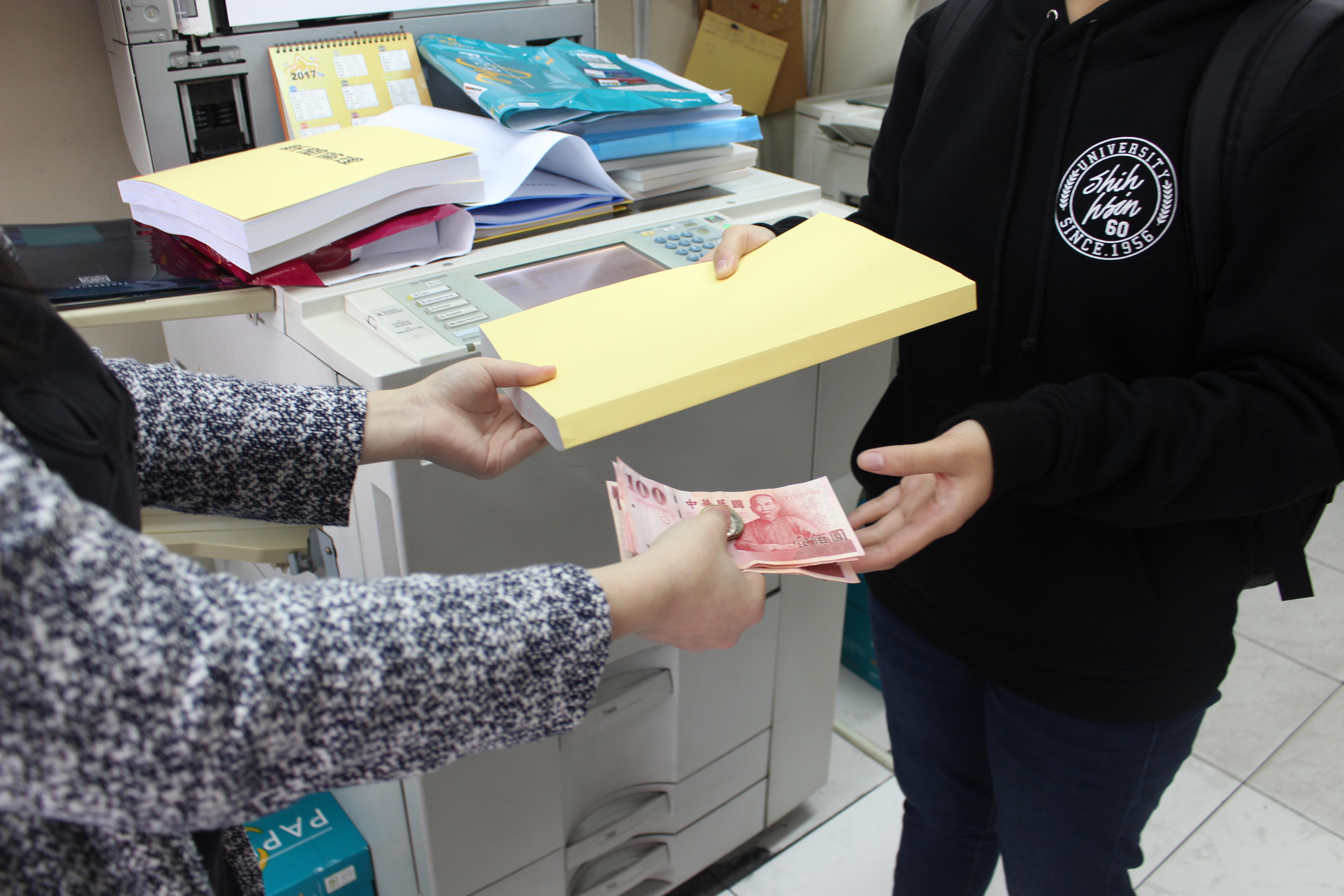 傳統的「一手交錢,一手交貨」的交易模式。 攝影/胡凡