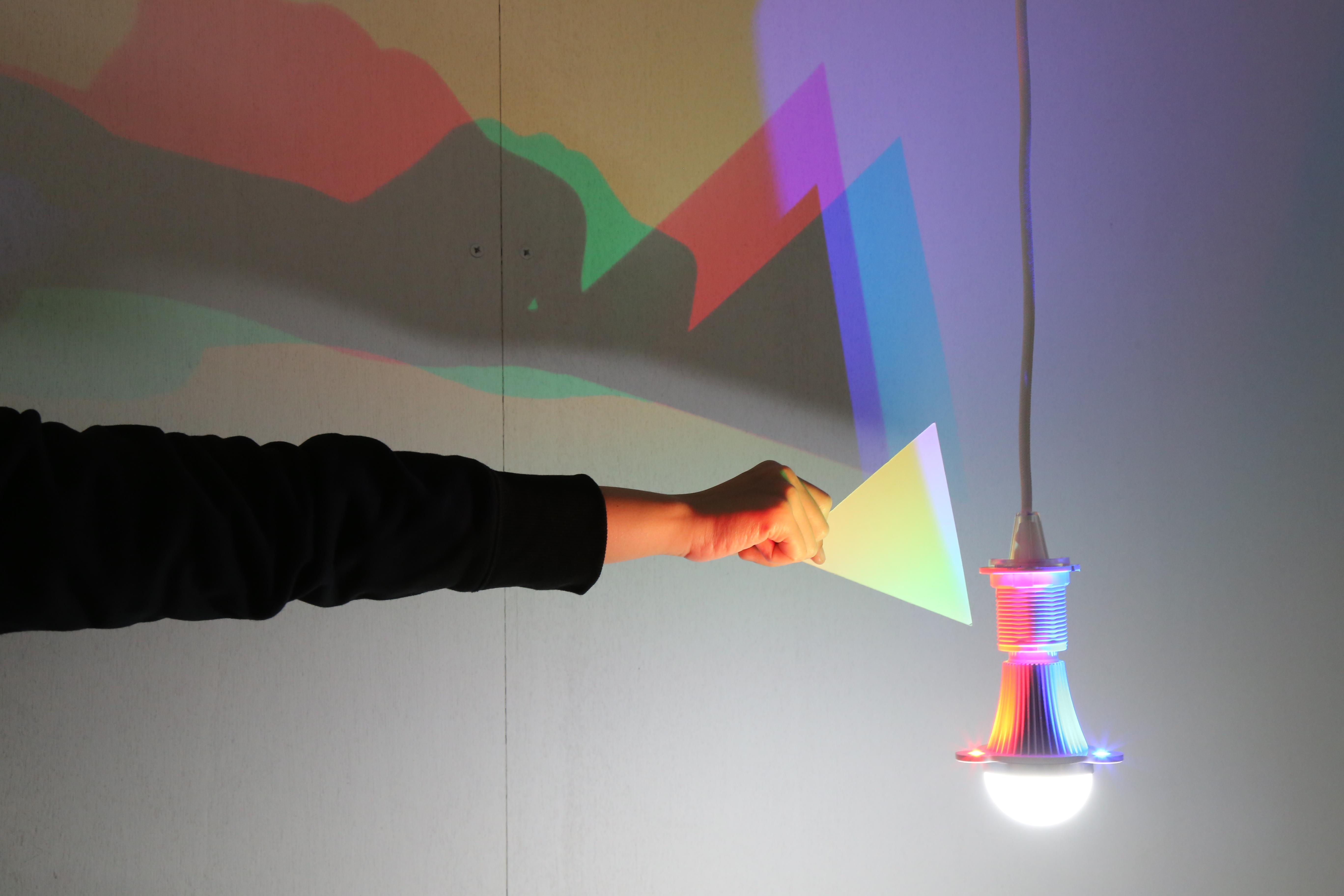 CMYK燈泡,透過三原色的混色原理混合疊加,以及人類觀察物體的方式,體現「光即是色」的說法。 圖/劉佳雯