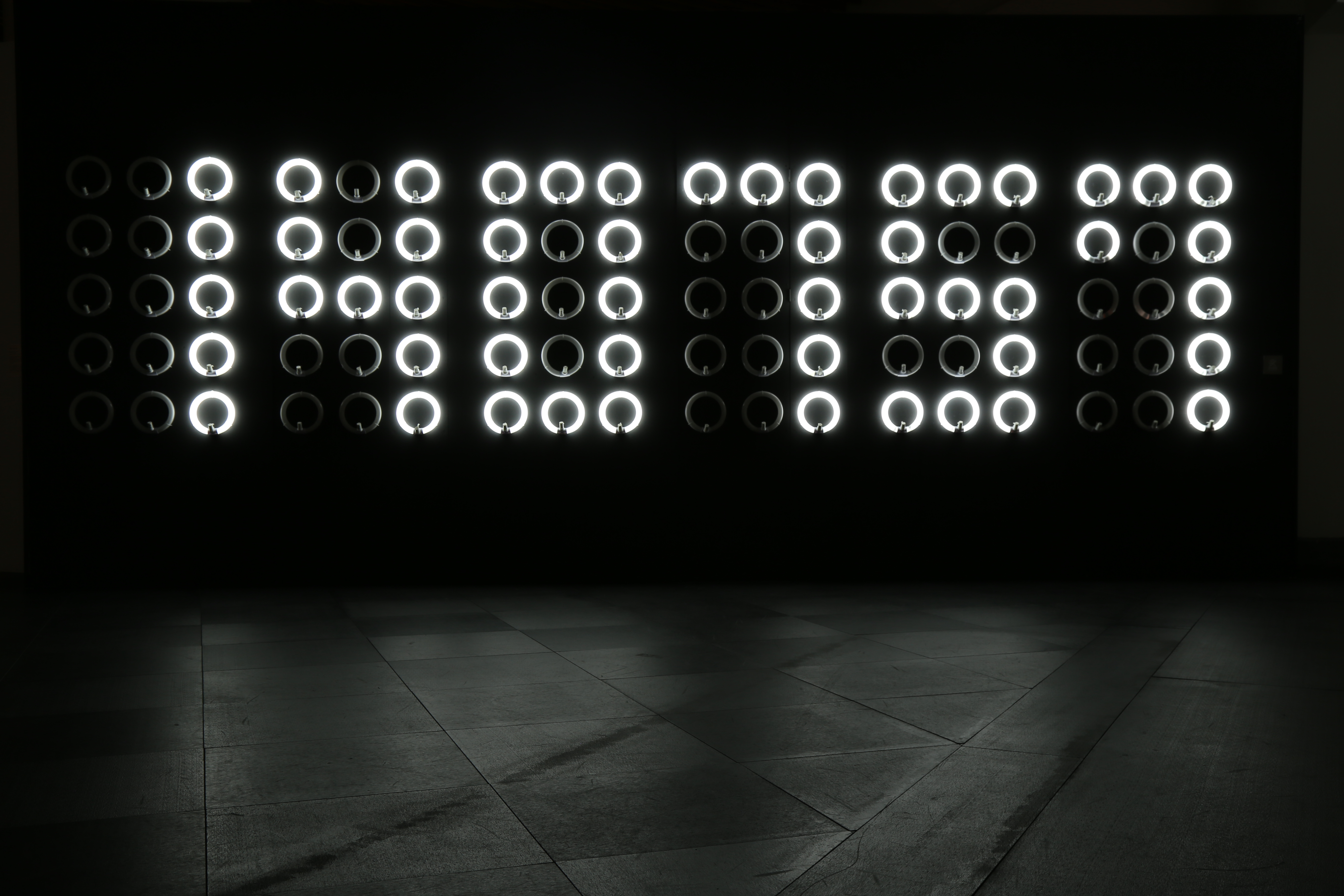 光除了照明,也可以計算時間。「時光」以時鐘為構念,與現實時間分秒不差地跑著。圖/劉佳雯