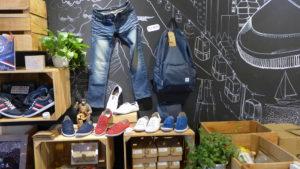 牛仔褲的布料也能回收製成環保鞋的鞋面。攝影/劉頤