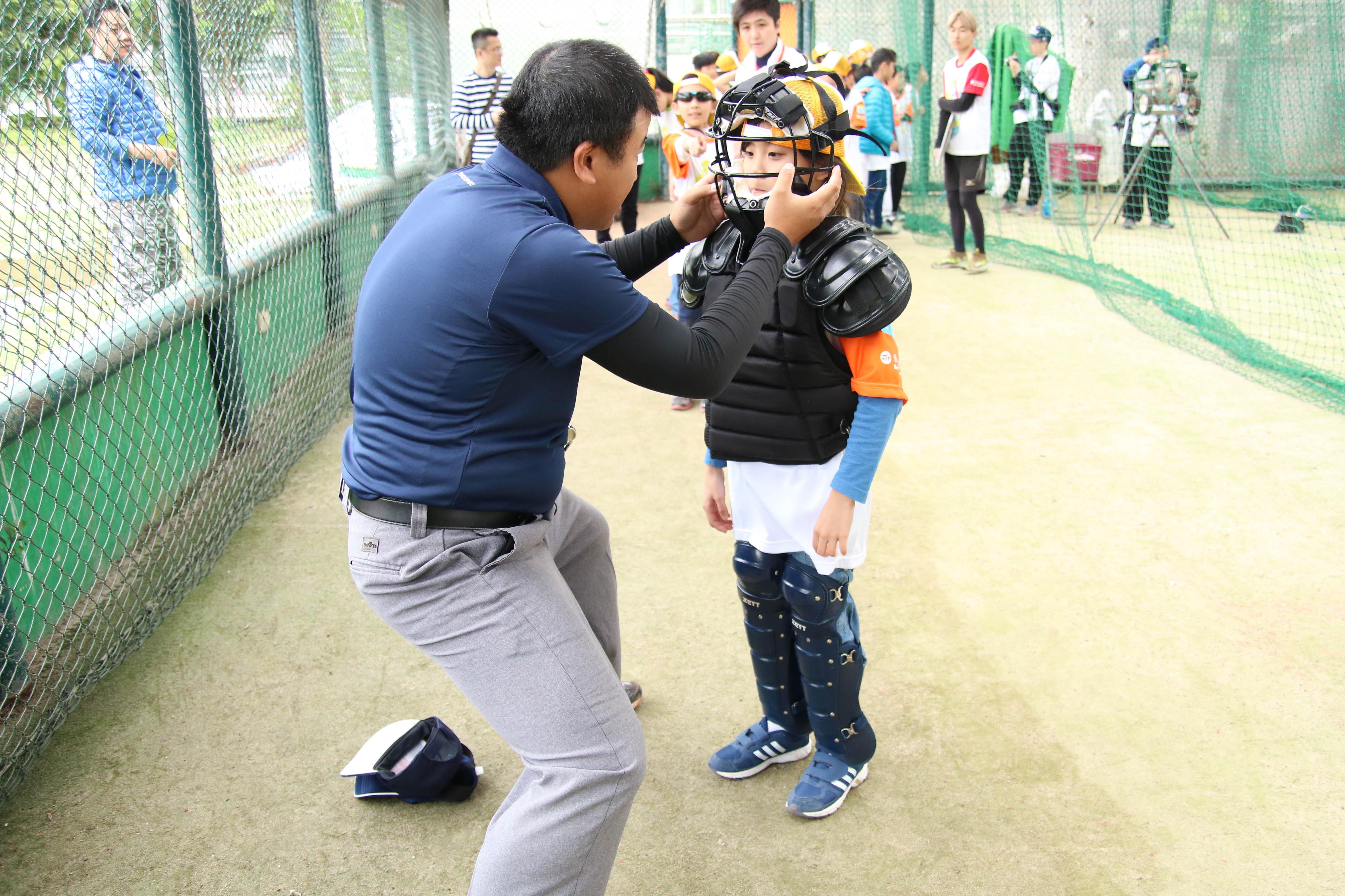 裁判老師親自幫小朋友穿上專業護具。攝影/楊智伃