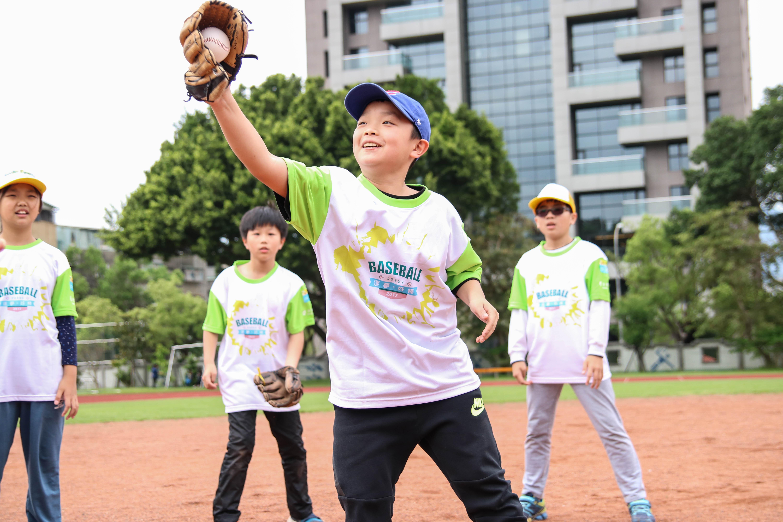 小朋友帶著笑容,認真地接住每一顆球。攝影/楊智伃