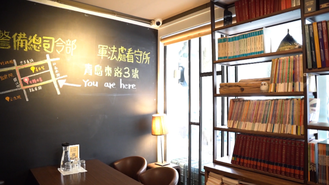 位處精華地段的獨立書店,將其周遭的遺址地點紀錄於牆上。攝影/彭 宬