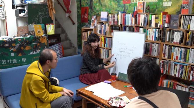 書店內正在舉辦「語言沙龍」活動,讓民眾能以不同語言進行交流。攝影/彭 宬